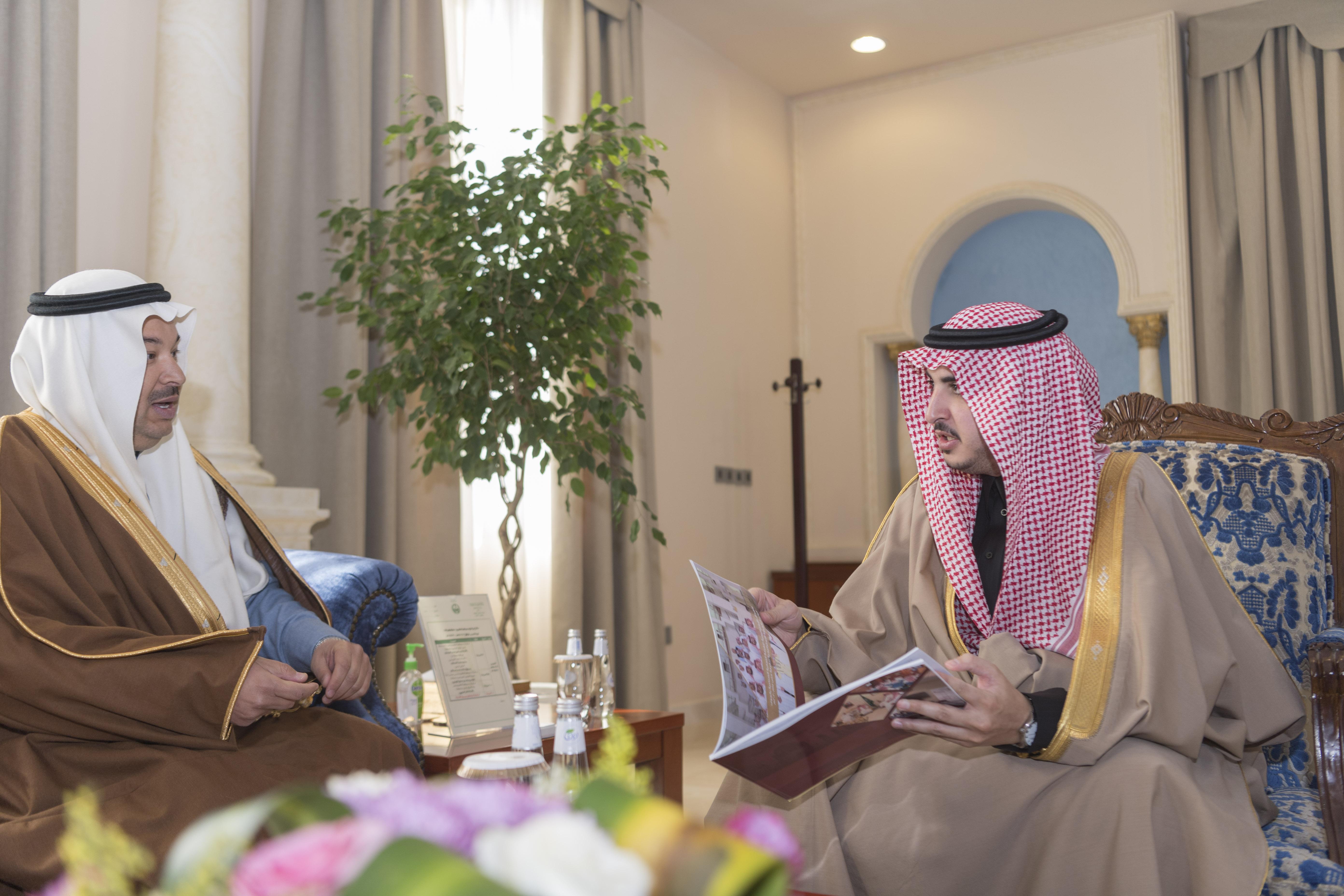 أمير الجوف يستقبل رئيس الغرفة التجارية بالمنطقة ويؤكد دور رجال الأعمال في الاستثمار